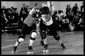 Dolls' blocker Slam Wow tries to contain Gores' jammer Foxy Sinatra. (Photo by Greg Russell)