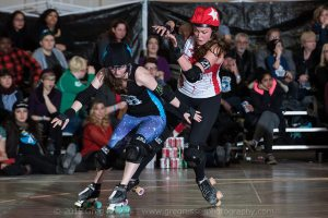 Betties' jammer Smoka Cola and Dolls' jammer Sleeper Hold duel in the second half. (Photo by Greg Russell)